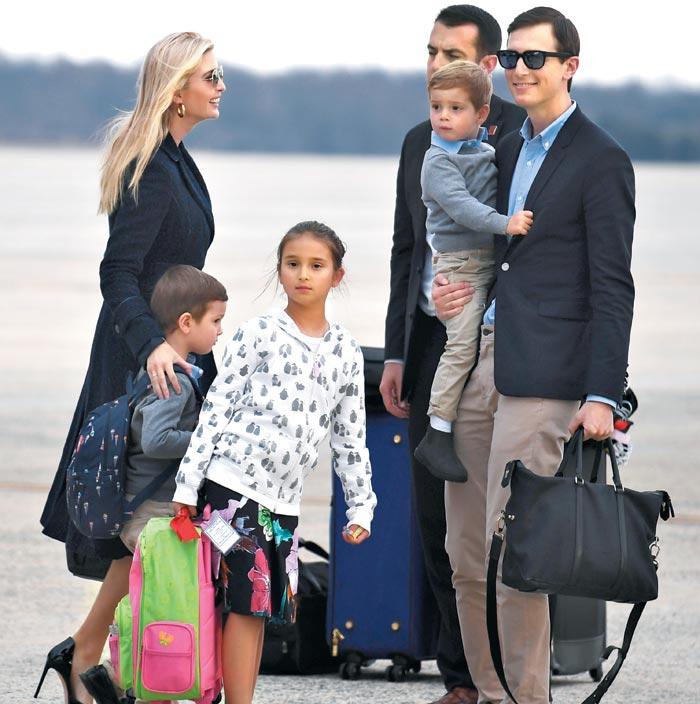 도널드 트럼프 미 대통령의 사위인 재러드 쿠슈너(맨 오른쪽) 백악관 선임고문과 아내 이방카 트럼프(맨 왼쪽)가 지난 10일(현지 시각) 세 자녀를 데리고 플로리다에서 주말을 보낸 뒤 워싱턴 인근 앤드루스 공군기지에 내리고 있다.