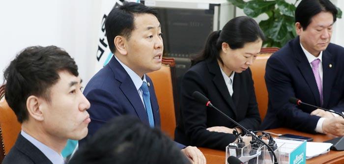 바른미래당 김관영(왼쪽에서 둘째) 원내대표가 14일 오전 국회에서 열린 당 원내정책회의에 참석해 모두 발언을 하고 있다.