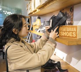 독일 베를린의 비건 신발 매장 '아베수'에서 비건 구두를 살펴보고 있는 탐험대원 김현진씨.