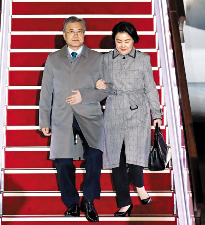 아세안 순방 마친 文대통령 - 아세안 3개국(브루나이·말레이시아·캄보디아) 순방을 마친 문재인(왼쪽) 대통령과 김정숙 여사가 16일 성남 서울공항에 도착해 전용기에서 내리고 있다.