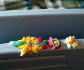 연이가 엄마의 임종을 앞두고 '꽃길로 하늘나라 가시라'고 만든 꽃을 침대 난간에 올려놓았다.