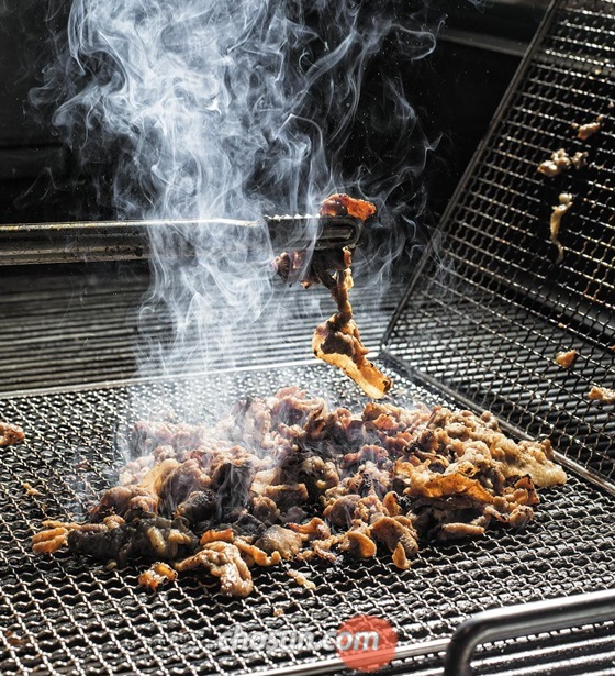 얇게 썰어 조선간장 양념에 숙성시킨 돼지고기를 석쇠 위에서 빠르게 섞어가며 구워내는 이 집의 대표 메뉴 '돼지불백'