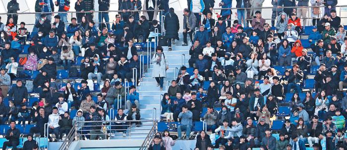 지난 17일 대구FC와 울산현대의 K리그 경기가 열린 DGB대구은행파크에서 자리에 앉지 못한 관중이 난간에서 경기를 관람하고 있다.