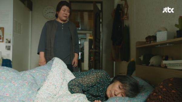 '눈이 부시게'의 이정은과 김혜자. 모녀일까 고부일까. 이 관계의 비밀이 밝혀지면 더 큰 감동이 밀려온다. 김혜자는 영화 '마더'때 단역으로 출연했던 이정은을 기억하고 칭찬을 아끼지 않았다.