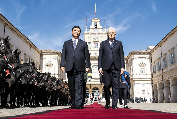 시진핑(왼쪽) 중국 국가주석과 세르조 마타렐라 이탈리아 대통령이 23일(현지 시각) 로마의 퀴리날레 대통령궁에서 기마병 호위를 받으며 레드카펫 위를 걷고 있다.