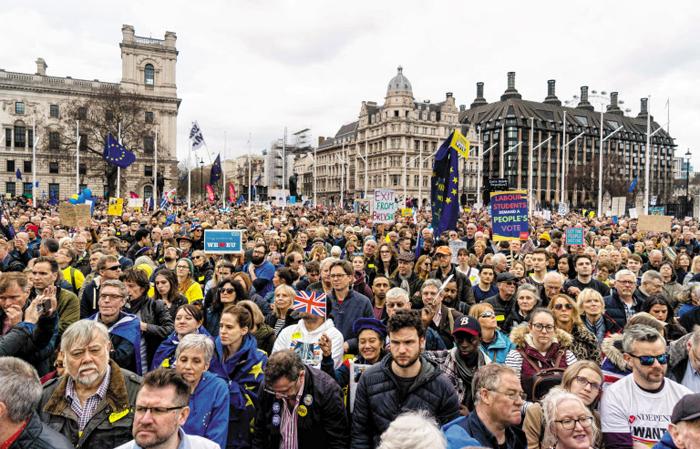 """""""브렉시트 국민투표 다시 하자"""" 영국 100만 시위 - 브렉시트(Brexit·영국의 유럽연합 탈퇴)를 놓고 영국 정치권이 갈팡질팡하는 데 분노한 국민이 거리로 쏟아져나왔다. 23일(현지 시각) 런던 의회 광장에서 100만여명이 브렉시트 찬반을 묻는 제2 국민투표를 요구하는 집회를 벌였다. 영국은 2016년 국민투표 이래 3년여간 내부 합의에 실패, 오는 29일 예정된 브렉시트를 잠정 연기하는 것만 결정한 상태다."""