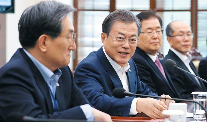 문재인 대통령이 25일 청와대 여민관에서 열린 수석보좌관회의에서 모두 발언을 마친 뒤 참모들과 대화하고 있다.