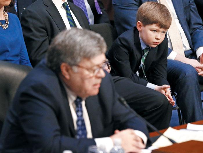 윌리엄 바(왼쪽) 미국 법무장관 지명자의 손자 리엄(오른쪽)이 지난 1월 미 상원 인사청문회장 방청석 맨 앞자리에서 할아버지의 청문회를 지켜보고 있다.