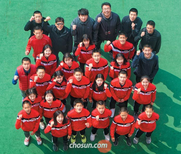 서울체고 장동영(뒷줄 왼쪽에서 둘째) 감독과 선수단이 지난 30일 대회 폐막 후 경주 코오롱호텔에서 파이팅을 외치는 모습.