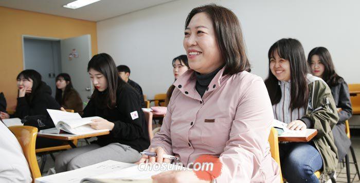 2일 경기도 여주시 여주대에 다니는 박현순(50)씨가 보건행정학 수업 도중 활짝 웃고 있다. 박씨는 올해 3월 이 대학에 19학번으로 입학해 자식뻘 학생들과 함께 공부하고 있다.