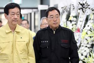 6일 김철수(오른쪽) 속초시장이 진영 행정안전부 장관과 함께 산불로 숨진 김모씨를 조문하기 위해 장례식장에 마련된 빈소로 들어가고 있다.