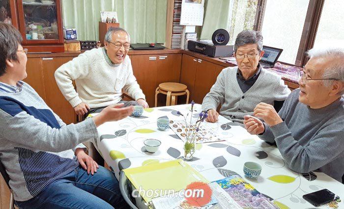 도쿄 마치다시의 비영리 단체 '데이즈 BLG!'사무실에 치매 노인들이 모여 직원(맨 왼쪽)과 대화를 나누고 있다.