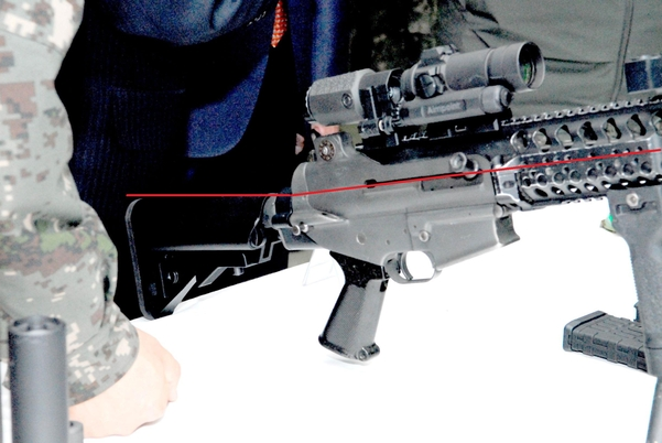 지난 1월 열린 '워리어 플랫폼' 전문가 대토론회에 전시된  K1A기관단총. 개머리판이 제대로 장착되지 않아 총기 각도가 들려있다.(빨간 선 참조)/독자 제공