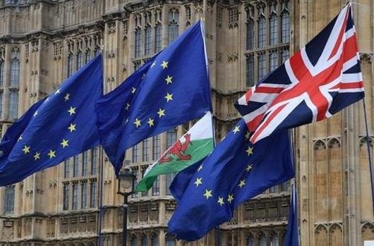 2019년 4월 8일 영국 런던 의사당 앞에서 유럽연합기와 영국기가 바람에 날리고 있는 모습. /EPA 연합뉴스