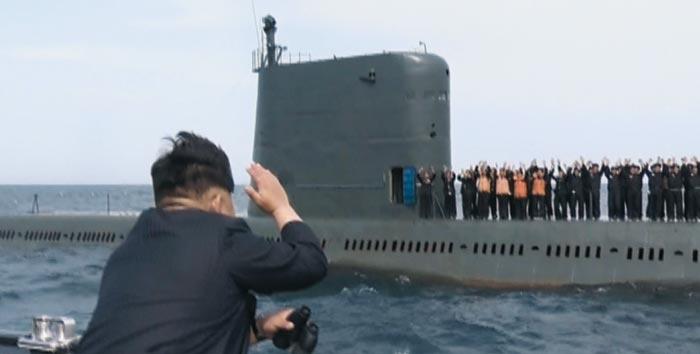 김정은 북한 국무위원장이 지난 2015년 6월 4일 잠수함발사탄도미사일(SLBM)을 탑재한 잠수함 선원들에게 손을 흔들며 격려하고 있는 모습.