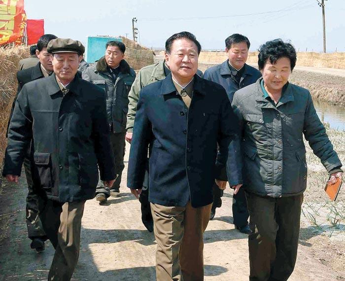 최룡해(가운데) 북한 노동당 부위원장이 황해북도 사리원시 미곡협동농장을 시찰했다고 조선중앙통신이 9일 보도했다.