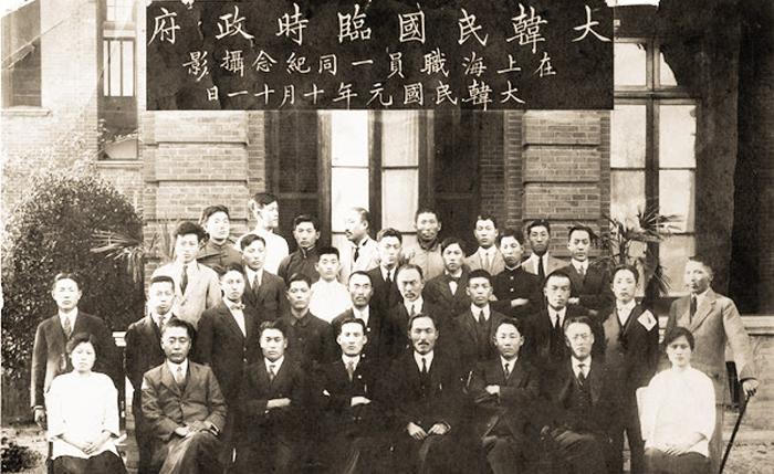 1919년 상하이 임시정부 - 1919년 10월 11일 촬영한 중국 상하이 임시정부 요인들의 기념사진. 대한민국 원년(大韓民國 元年)이라고 돼 있다.