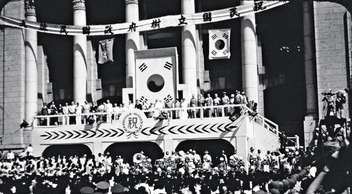 1948년 대한민국 수립 1948년 8월 15일 서울 중앙청에서 열린 대한민국 정부 수립 축하 기념식. 초대 대통령 이승만은 대한민국이 기미년 3·1운동으로 출범한 임시정부를 계승한다고 선언했다.