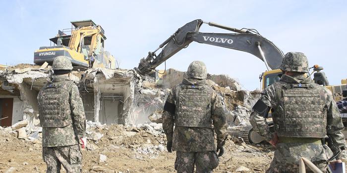 군 당국이 '9·19 남북 군사 합의'에 따라 지난해 11월 철원 중부전선에서 GP(감시 초소) 시설물을 철거하는 모습.