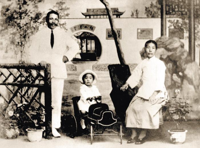 김구, 1921년 가족과 함께 - 1921년 무렵 김구(왼쪽) 가족. 큰아들 인(가운데), 부인 최준례. 김구가 아내와 함께 찍은 유일한 사진이다.