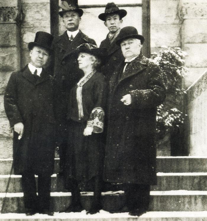 이승만과 워싱턴회의 한국대표단 - 1921년 11월 워싱턴회의 한국대표단. 왼쪽 아래부터 시계 방향으로 이승만 서재필 정한경, 미국인 법률고문 돌프, 비서 메이본.