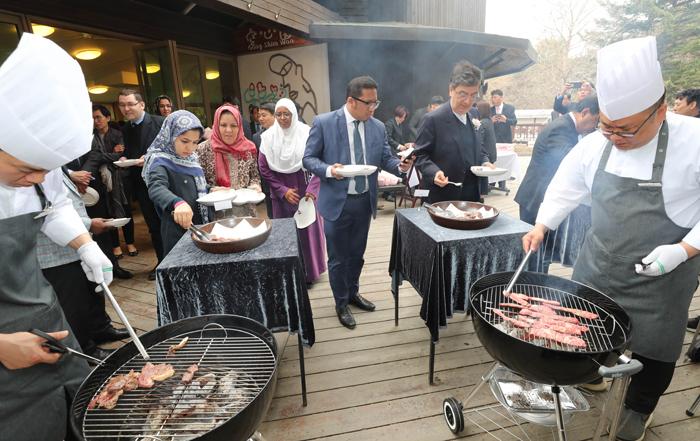 지난 9일 강원도 춘천시 남이섬의 한 식당에서 열린 국내 최초 할랄 한우 시식회에서 주한 이슬람권 외교관과 가족들이 숯불에 구운 한우를 맛보고 있다.