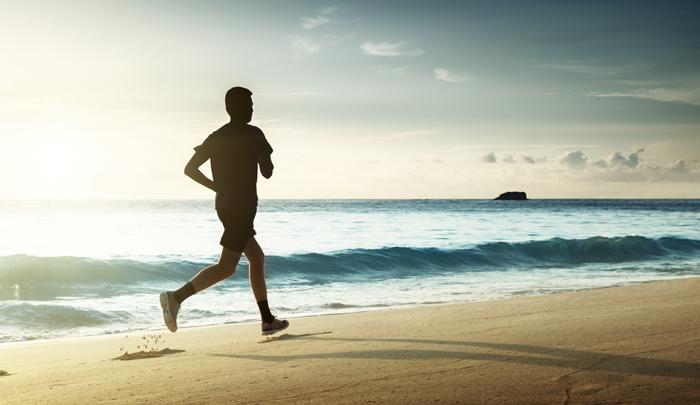 """바닷가를 달리는 남자. 저자는 """"내가 아는 한, 달리기는 짧은 시간 내 불쾌함을 명랑함으로 바꿀 수 있는 가장 간단하고도 효율적인 방법""""이라고 말한다."""