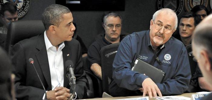 2012년 허리케인 샌디 발생 당시 버락 오바마(왼쪽) 미 대통령이 참석한 회의에서 퓨게이트 청장이 브리핑하는 모습.