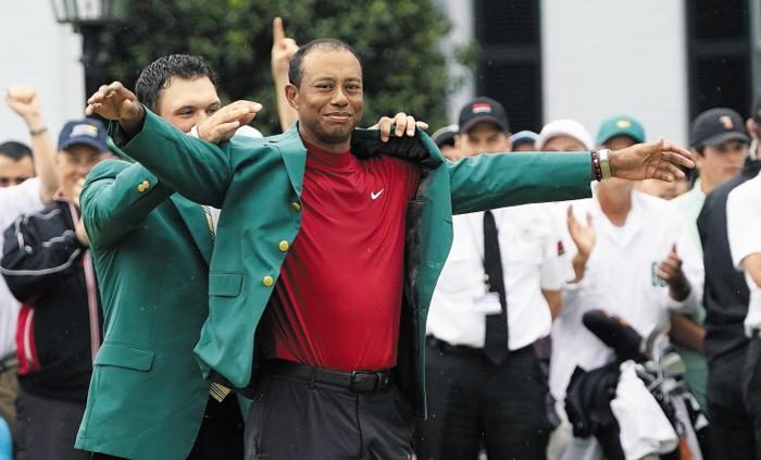 마스터스 우승자의 상징인 '그린 재킷'을 14년 만에 다시 입고 미소 짓는 타이거 우즈.
