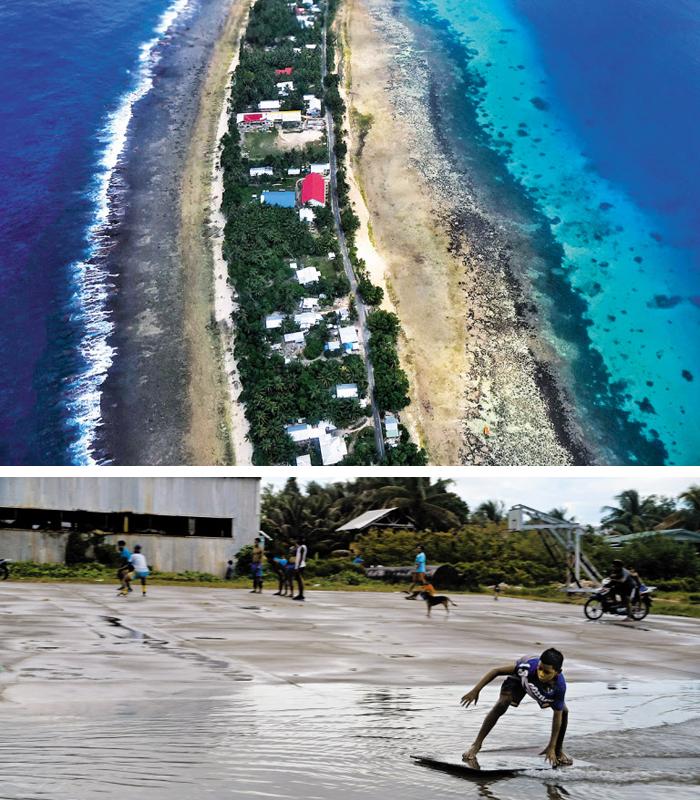 """2018년 8월 투발루의 수도 푸나푸티를 하늘에서 찍은 모습. 길쭉한 뱀 모양의 섬을 둘러보는 데는 2시간도 걸리지 않는다. 푸나푸티에서 폭이 가장 넓은 곳은 600m 정도고, 가장 좁은 곳은 5m도 되지 않는다. 투발루 사람들은 """"해안가가 점점 줄어들고 있다""""고 했다. 아래 사진은 지난달 20일 투발루 푸나푸티공항 활주로에 생긴 물웅덩이에서 네미야(6)가 널빤지로 서핑을 즐기는 모습. 이 활주로(해발고도 약 4m)에는 만조 때마다 땅 위로 바닷물이 올라온다고 한다. 이날 오후 푸나푸티는 최대 만조(king tide)가 3.25m에 달했다."""