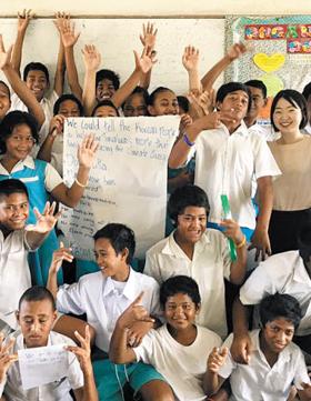 지난달 21일(현지 시각) 투발루 푸나푸티 나우티초등학교 8학년 2반 학생들이 '한국에 하고 싶은 말'을 큰 종이에 써서 들어 보이고 있다. 맨 오른쪽 에 있는 여성이 이명신 탐험대원.