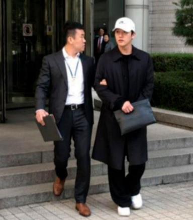 구하라씨의 전 남자친구 최종범씨가 지난해 10월 피의자 심문을 마치고 법원을 빠져나오고 있다./ 조선DB