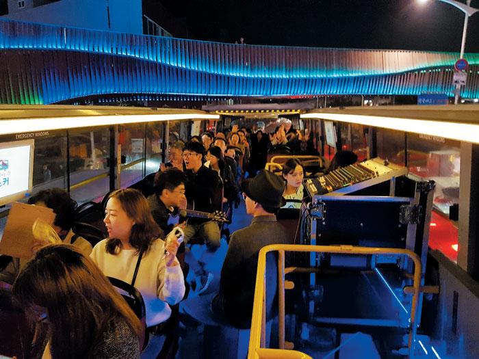 2층 버스를 타고 달리며 여수의 야경과 버스킹 공연을 함께 즐길 수 있는 '시간을 달리는 버스커'.