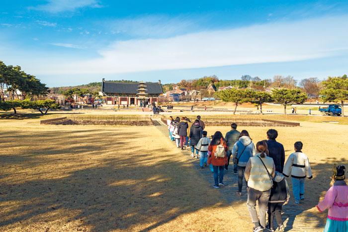 부여 백시달EQ버스 참가자들이 정림사지 5층 석탑으로 향하고 있다.