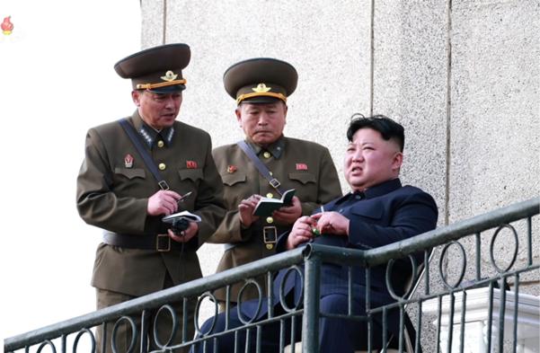 북한 김정은 국무위원장이 2019년 4월 16일 공군 제1017군부대 전투비행사들의 비행훈련을 현지 지도했다고 조선중앙TV가 17일 보도했다. /조선중앙TV 연합뉴스