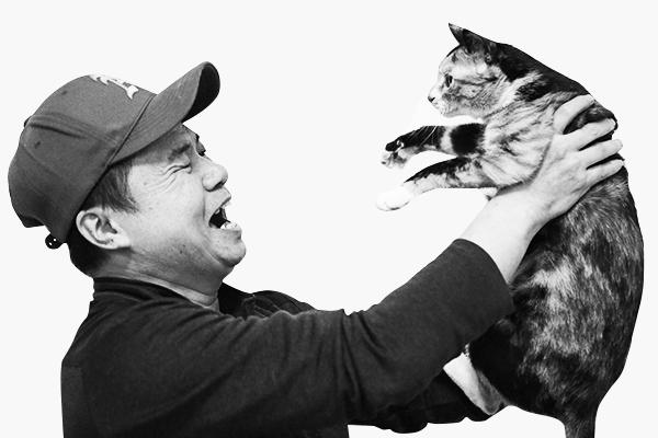 노숙인 자립 잡지 '빅이슈'의 판매원이었던 임상철(52세)과 그의 동거묘 냐옹 씨. 그는 IMF이후 18년을 홈리스로 지냈다./사진=남강호 기자