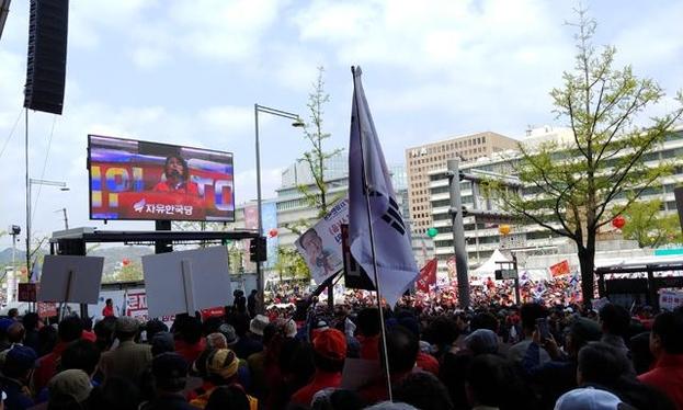 20일 오후 서울 종로구 세종문화회관 앞에서 열린 자유한국당이 개최한 문재인 정권 규탄 대회에서 전희경 한국당 의원이 단상에 올라 연설하고 있다. /손덕호 기자