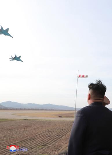 북한 김정은 국무위원장이 16일 공군 제1017군부대 전투비행사들의 비행훈련을 현지 지도했다고 조선중앙TV가 17일 보도했다. 김정은이 북한군 수호이-25 전투기의 비행을 지켜보고 있다./조선중앙통신