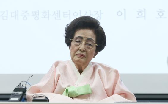지난 2017년 1월 1일 신년인사회에 참석한 이희호 여사. /연합뉴스