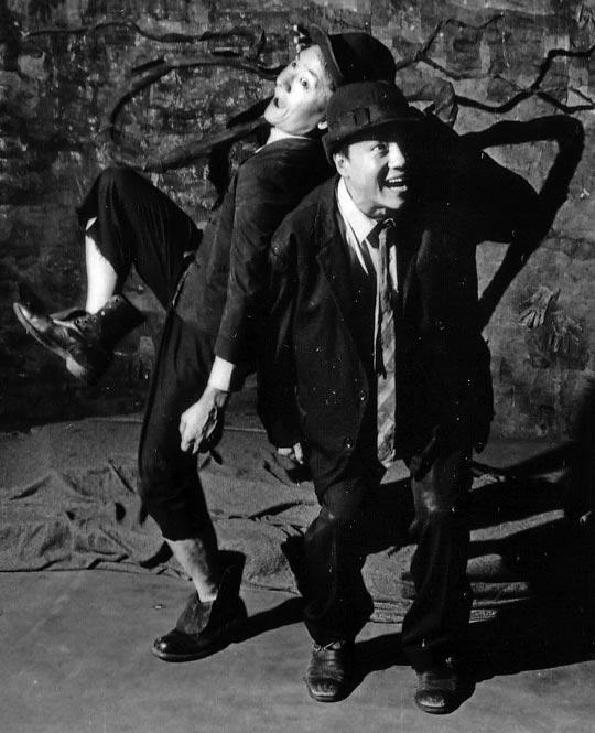 1990년 10월 아일랜드 더블린 연극제에서 '고도를 기다리며'를 공연하는 정동환(블라디미르 역·오른쪽)과 송영창(에스트라공 역).