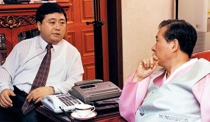 김홍일(왼쪽) 전 의원이 1997년 9월 자택에서 부친 김대중 전 대통령과 대화하고 있다.