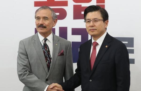 자유한국당 황교안 대표가 22일 서울 여의도 국회에서 해리 해리스 주한미국대사를 접견하고 있다. /뉴시스