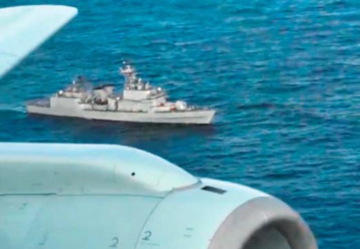 """2018년 12월 20일 동해상 한·일 중간 수역에서 한국 해군 광개토대왕함이 항해하는 가운데 위로 일본 해상 자위대 초계기 P-1의 날개와 동체가 보이고 있다. 일본 방위성은 관련 동영상을 공개하며 """"광개토대왕함이 일본 초계기를 향해 무력 사용을 가정한 사격 통제 레이더를 쐈다""""고 주장했다. 이에 대해 우리 군은 """"일본 초계기에 추적 레이더를 운영하지 않았으며 오히려 초계기가 광개토대왕함 150m 위를 저공비행하는 '위협 행동'을 했다""""고 반박했다. /일본 방위성"""