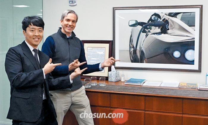 미국 샌프란시스코 중심가에 있는 벤처캐피털 'DBL파트너스' 사무실에서 최근 만난 권준수(왼쪽) 탐험대원과 이 회사 마크 페루츠 파트너가 벽에 걸린 전기차 테슬라의 초기 모델 사진을 가리키고 있다.