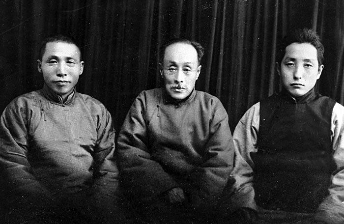 윤봉길 의거 후 자싱에서 피신할 때인 1933년 무렵 김구(왼쪽)가 임정 요인 이동녕(가운데)·엄항섭과 함께했다.