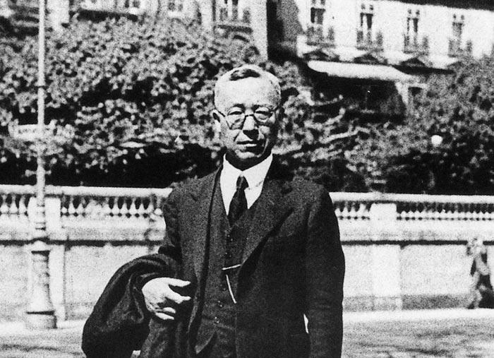 1933년 5월 2일 제네바 국제연맹 본부 앞에 선 이승만.