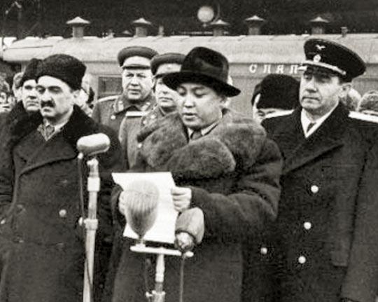 북한 김일성이 1949년 검은색 롱코트에 검은 중절모를 쓰고 소련을 방문한 모습.