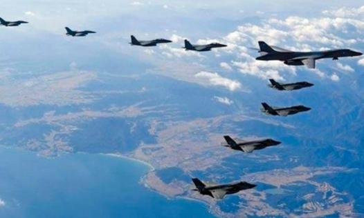 2017년 12월 한·미 연합공중훈련 '비질런트 에이스' 기간에 미국의 장거리 전략폭격기 B-1B 랜서(오른쪽 맨 위)가 한반도 상공에서 한·미 전투기들과 편대비행을 하는 모습. /공군 제공