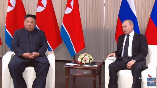 김정은(왼쪽) 북한 국무위원장과 블라디미르 푸틴 러시아 대통령이 2019년 4월 25일 러시아 블라디보스토크 루스키섬 내 극동연방대학에서 정상회담을 하고 있다. /글로벌뉴스