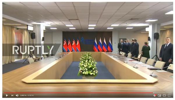김정은 북한 국무위원장과 블라디미르 푸틴 러시아 대통령의 확대정상회담장. 러시아측엔 10개의 의자가 배치된 반면, 북측엔 4개의 의자만 준비됐다./'럽틀리' 유튜브 방송 캡처